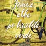 Femeia alba pe bicicleta verde